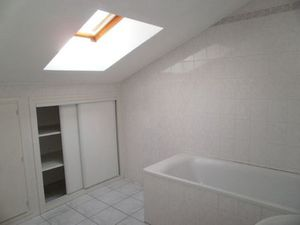 Location appartement 2 pièces (cuisine aménagée  wc séparé  baignoire  rangement) Montbonn