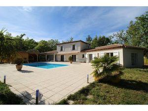 Provence - Var: charmante villa in Californië stijl  met dubbele garage  zwembad en een om