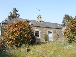 Maison à restaurer comprenant : Au rez-de-chaussée : pièce de vie avec cheminée  2 pièces