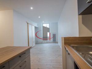 A deux pas de la place Abel Surchamp  cet appartement entièrement restauré est composé d'u