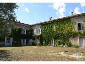 Entre Béziers et Narbonne  à proximité immédiate de sites classés  une grande maison de ma