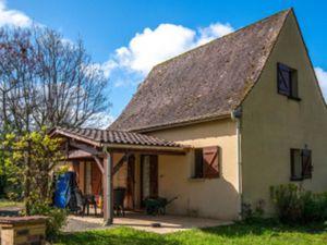 Dans un charmant village tous commerces et services de la vallée de la Dordogne  cette mai