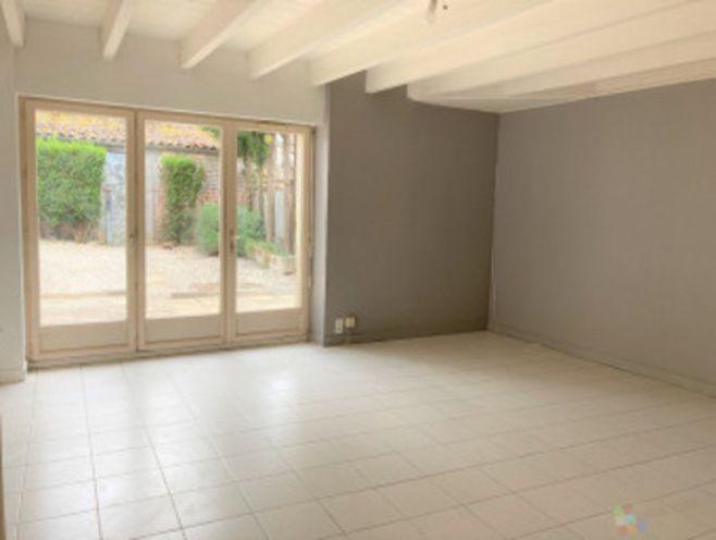 maison de campagne d'environ 100m² comprenant une entrée  un séjour  une cuisine aménagée