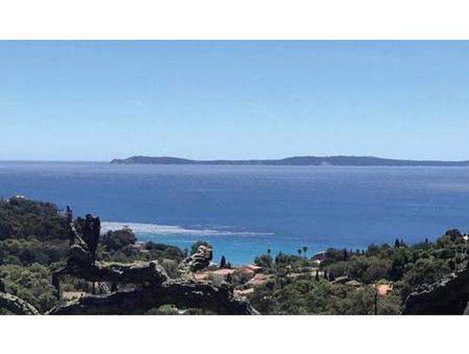 villa de prestige en vente à rayol-canadel-sur-mer : située à 900 m de la plage  cette vil