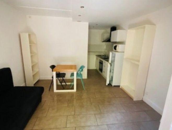 studio de 20 m2 en réz-de-chaussée donnant sur cour intérieur de l'immeublern cuisine équi